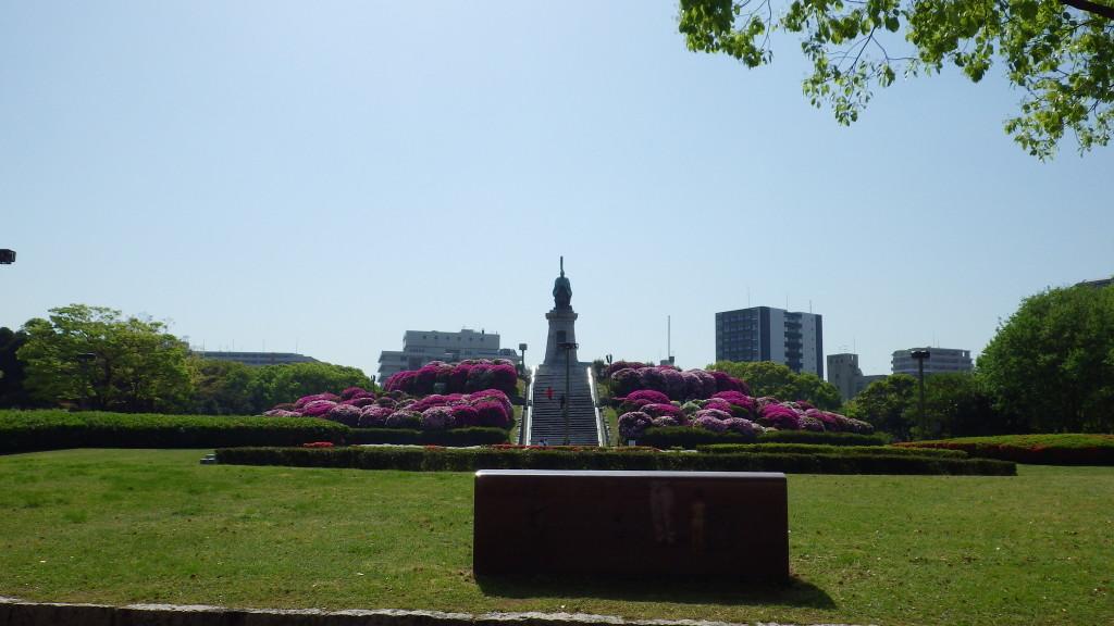 県庁正面玄関からの東公園を望む